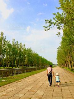 親子と景色の写真・画像素材[967553]