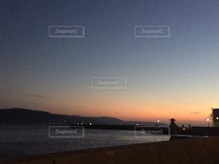 水の体に沈む夕日の写真・画像素材[961436]