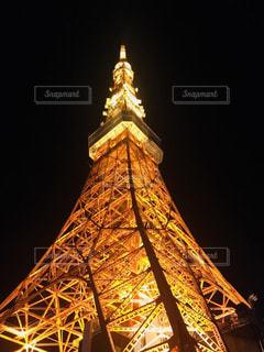 時計塔を背景に東京タワーの夜のライトアップの写真・画像素材[1047131]