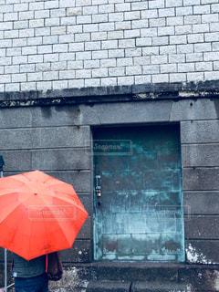 赤い傘を保持している女性の写真・画像素材[812335]