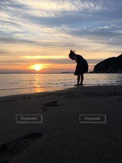 砂浜と足跡と子供の影との写真・画像素材[1442215]