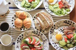 テーブルの上に食べ物のボウルの写真・画像素材[1157603]
