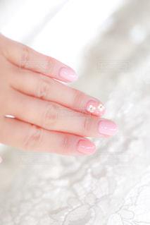 花柄ワンポイントがかわいいジェルネイルの写真・画像素材[1157660]