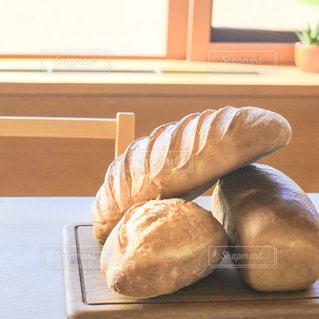 焼きたてのパンの朝食の写真・画像素材[1157704]