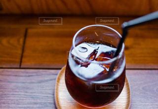 木製のテーブルの上に乗っているコーヒーの写真・画像素材[3513454]