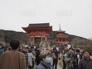 バック グラウンドでの清水寺で観衆の前に立っている人々 のグループの写真・画像素材[1036650]