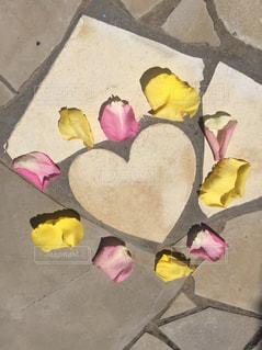 花,カップル,カラフル,結婚式,花びら,ハート,幸せ,石,フラワーアレンジ,ウェディング,ハートの石