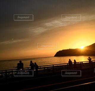 夕焼けを眺める人達の写真・画像素材[961349]