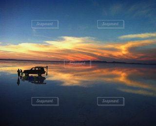 鏡の中の夕焼けの写真・画像素材[961607]