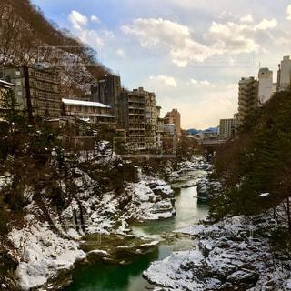 温泉街と川の写真・画像素材[986347]
