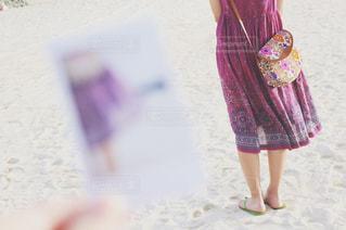 ピンクの傘を持った少女の写真・画像素材[2138198]