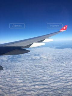 空を飛んでいる飛行機の写真・画像素材[1108707]
