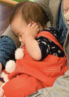 小さな子供がぬいぐるみを持っています。の写真・画像素材[961602]