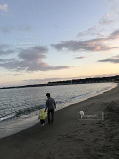 砂浜を親子で仲良く犬の散歩☆リフレッシュ☆の写真・画像素材[961604]