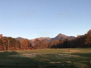背景の山のフィールドの写真・画像素材[965456]