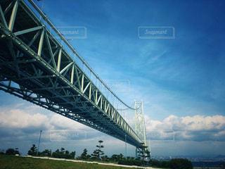 水の体の上の大きな橋の写真・画像素材[1116951]