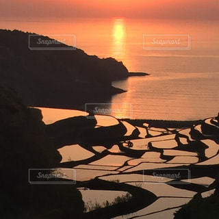 水の体に沈む夕日の写真・画像素材[961249]