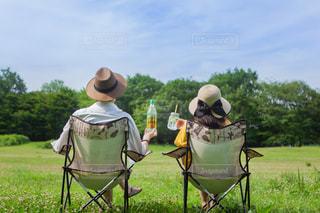 草の上に座っての芝生の椅子のグループ カバー フィールドの写真・画像素材[1265355]
