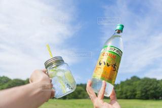 ボトルを持つ手の写真・画像素材[1265366]