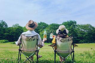 草の上に座っての芝生の椅子のグループ カバー フィールドの写真・画像素材[1265410]