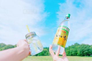 ボトルを持つ手の写真・画像素材[1271757]