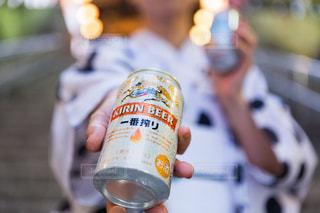 近くにソーダの缶を持つ手のアップの写真・画像素材[1332097]