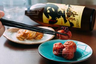 テーブルの上に食べ物のプレートの写真・画像素材[1448820]