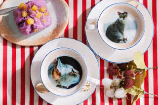 テーブルの上に食べ物のプレートの写真・画像素材[1483068]
