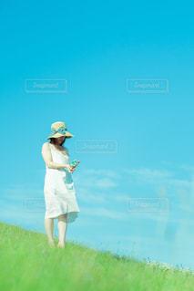 野原に立っている女性の写真・画像素材[2089644]