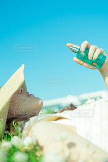 水筒を握る手の写真・画像素材[2089651]
