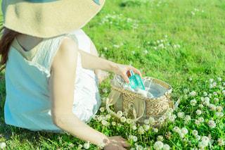 芝生に座っている女性の写真・画像素材[2089658]