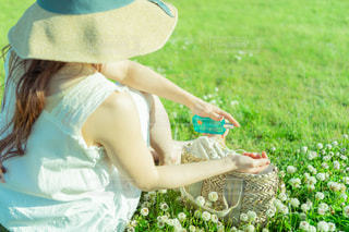 芝生に立っている女性の写真・画像素材[2089659]