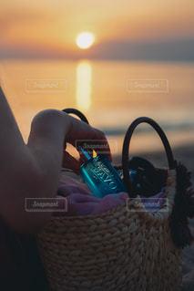 籠を握る手の写真・画像素材[2089669]