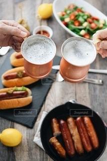 テーブルの上に座っているホットドッグの皿の写真・画像素材[2506101]