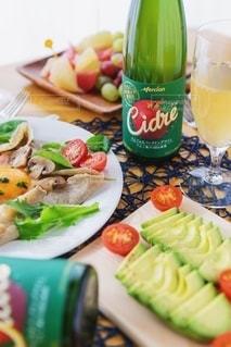 食べ物の皿とテーブルの上のボトルのクローズアップの写真・画像素材[2766268]
