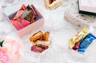 テーブルの上に異なる種類の食べ物で満たされた箱の写真・画像素材[2850251]