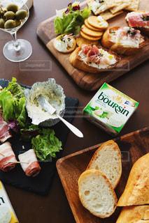 木製のテーブルの上に座っている食べ物の束の写真・画像素材[3235475]