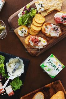 木のテーブルの上に異なる種類の食べ物が詰まった箱の写真・画像素材[3235477]