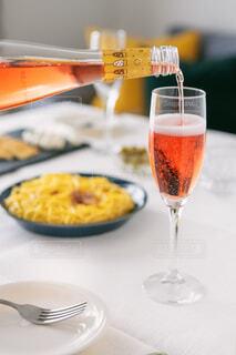 テーブルの上にワインを一杯入れますの写真・画像素材[4310940]