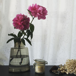 テーブルの上に座っての花で一杯の花瓶の写真・画像素材[965585]