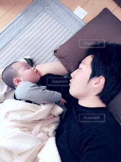 屋内,昼寝,男子,仲良し,人,癒し,赤ちゃん,幸せ,パパ,息子,愛しい,似てる