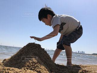 ビーチで砂山を作るこどもの写真・画像素材[1159679]