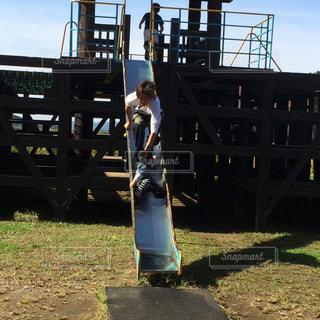 フェンスの横に立っている少年 - No.962390