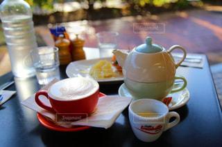 テーブルの上のコーヒー カップの写真・画像素材[1440795]