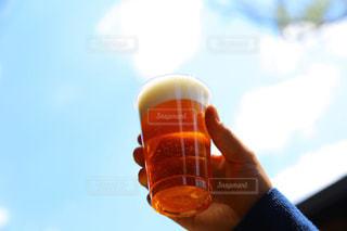 天にかざすビールの写真・画像素材[1440819]