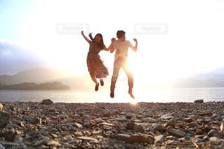 ふたりでジャンプ!の写真・画像素材[1446393]