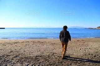 ビーチに立っている人の写真・画像素材[1864044]