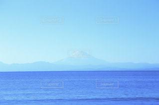背景の山と水の大きな体の写真・画像素材[1864047]