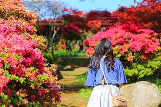 花の前に立っている人の写真・画像素材[2139862]