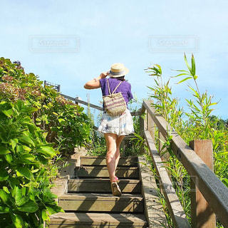 女性,空,夏,階段,カラフル,青空,サンダル,後ろ姿,女の子,スカート,麦わら帽子,後姿,旅行,旅,思い出,神奈川,夏を先取り
